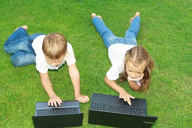фото детей на траве